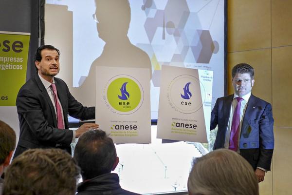 D. Rafael Herrero, Presidente de ANESE y D. Gonzalo de Castro, Director General de TÜV Rheinland muestran los sellos de calidad de la nueva certificación.